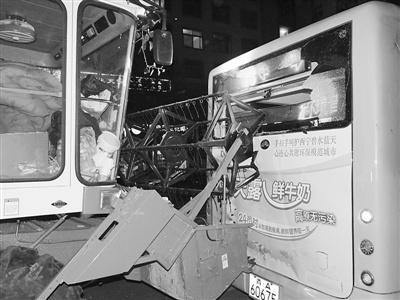 """公交车追尾粪车_公交车和收割机追尾 后窗玻璃被""""收割""""(图) - 农机 资讯要闻 ..."""