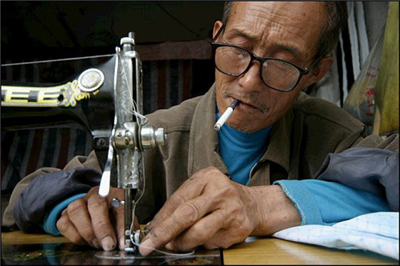 10,老裁缝今年72岁的黄文斗师傅,从12岁开始学习裁缝手艺算起,已经有