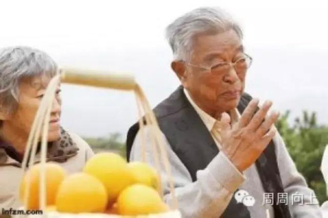 褚时健说,不少20多岁的年轻人跑来问我,为啥事总做不成?我说你们想简单了,总想找现成、找运气、靠大树,没有那么简单的事。我80多岁,还在摸爬滚打。 从打造红塔集团,到被判无期徒刑,中国烟草大王褚时健曾跌至谷底。但他2002年保外就医,74岁携妻种橙,让世上多了一种叫褚橙的水果,也让自己再次成为传奇。 为何这位生于1928年的老人能触底反弹,走出一条令很多年轻人难以想象的V字型人生道路?近日,中国青年报记者在云南玉溪市新平县戛洒镇的褚橙果园,专访86岁高龄的褚时健。他将心中想说给青年的
